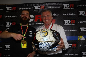 Comini presents his winning helmet to Lotti